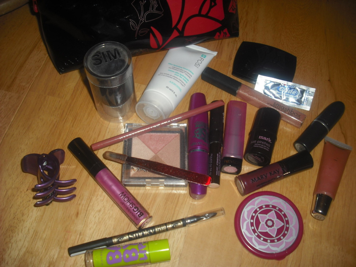 WHAT'S IN YOUR MAKEUP BAG: Melanie of A Little Purple Folie…