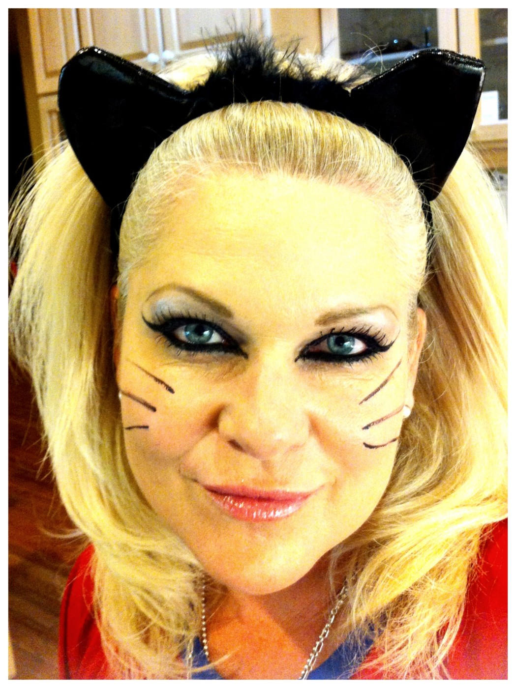 THE LOOK – HALLOWEEN: Sexy Cat Eyes Halloween Makeup