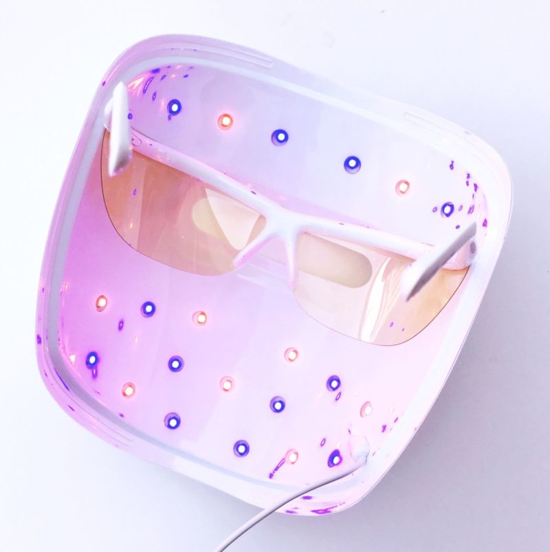 Neutrogena light therapy acne mask, acne light therapy, light treatment for acne, at home acne treatment, how to treat breakouts, how to prevent breakouts, neutrogena acne treatment, light therapy, dermatologist treatment at home